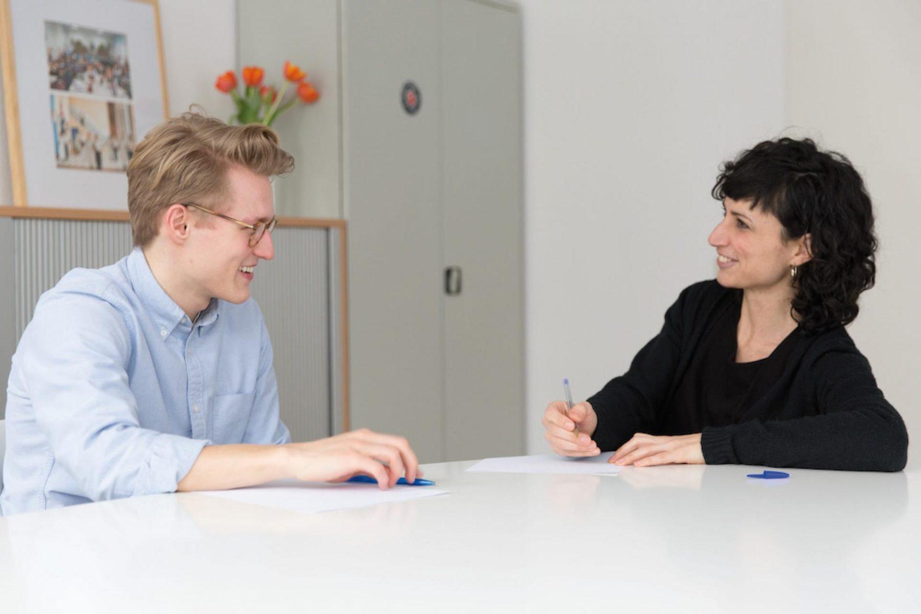 Fellow Peter und Mitarbeiterin Mayte im Berliner Büro